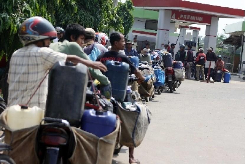 Antrean pembeli BBM di SPBU (ilustrasi).