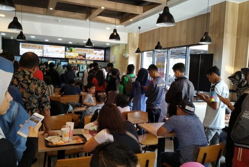Antrean pengunjung di Burger King, Lodaya, Bogor, Jawa Barat, Rabu (17/4).