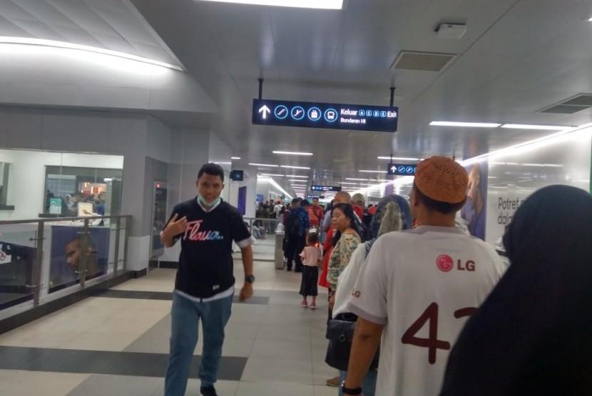 Antrean penumpang di Stasiun MRT Bundaran HI, Selasa (2/4).