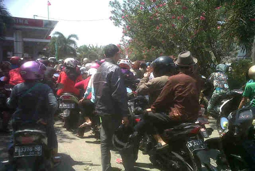 Antrean sepeda motor di sebuah SPBU di daerah Tuparev, Kabupaten Cirebon
