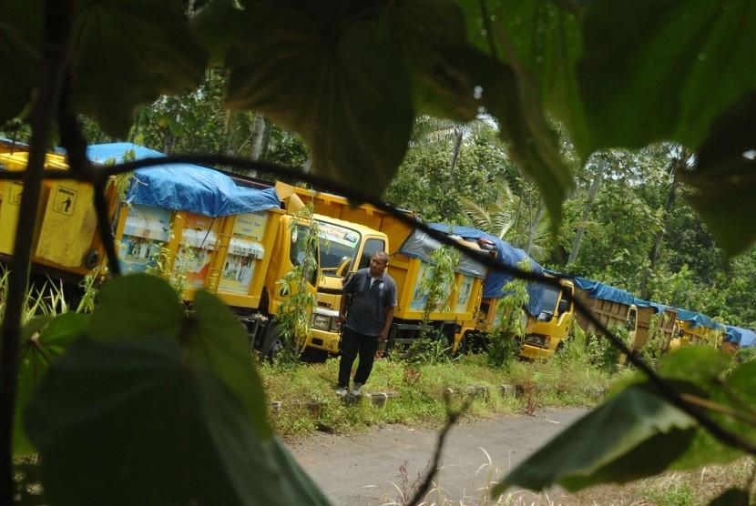 Antrean truk pengangkut sampah menuju ke Tempat Pembuangan Akhir (TPA) Cibeureum terhenti di Desa Cibeureum, Kecamatan Banjar, Kota Banjar, Rabu (24/2).