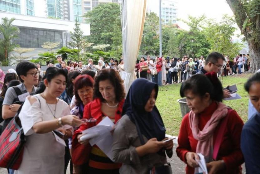 Antrean warga Indonesia yang akan mengikuti Pemilu 2019 di Singapura, Ahad (14/4).