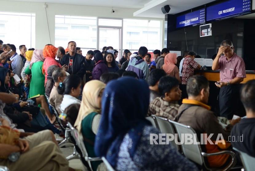 Antrean Warga Perpanjang STNK. Antrean warga yang akan memperpanjang STNK di Samsat Bandung Barat, Jalan Pajajaran, Kota Bandung, Kamis (5/1).