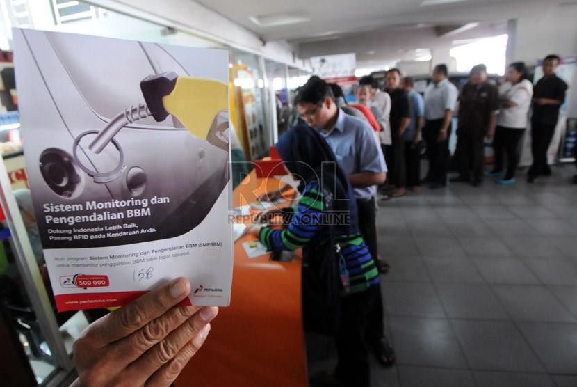 Antrean warga saat memesan alat radio frequency identification (RFID) tag di SPBU milik Pertamina di Jalan Rasuna Said, Kuningan, Jakarta, Kamis (28/11).  (Republika/Aditya Pradana Putra)