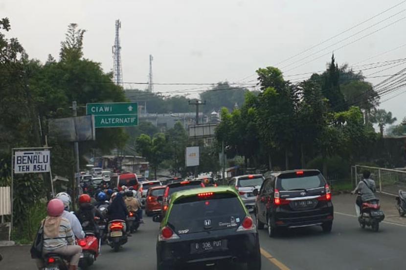 Antrian kendaraan mengular di kawasan Puncak (Kabupaten Bogor dan Kabupaten Cianjur)