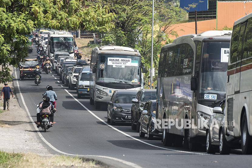Antrian kendaraan pemudik di ruas jalan Limbangan, Kabupaten Garut, Jawa Barat, Selasa (12/6).