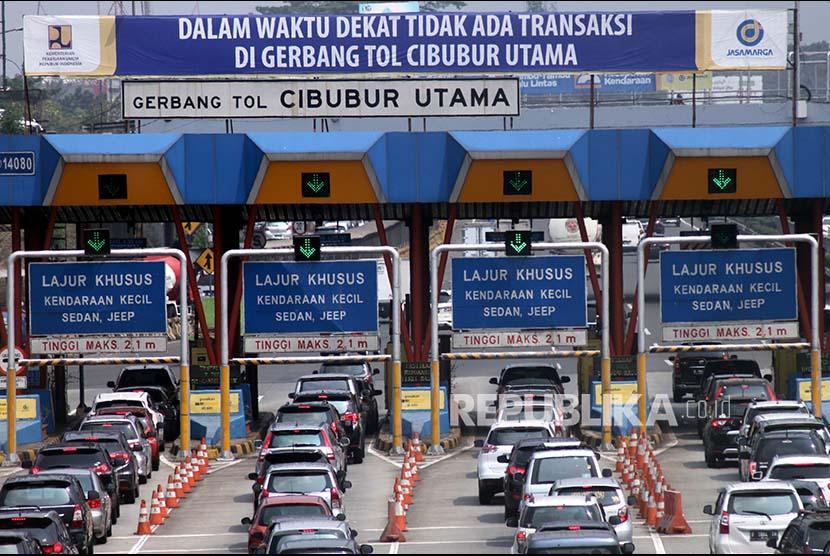 Antrian kendaraan saat transaksi di Gerbang Tol Cibubur, Jakarta TImur, Kamis (31/8). PT Jasa Marga Persero berencana akan menambahkan 30 Gardu Top Up E-money dari yang semula hanya 15 gardu, guna memperlancar penerapan sistem transaksi non tunai yang akan mulai diujicoba pada September 2017.