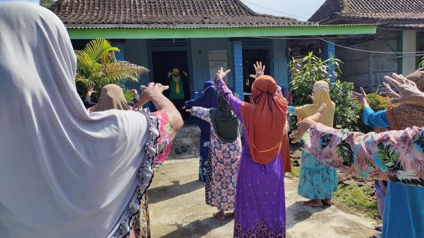 Antusias warga yang mengikuti senam lansia sehat sungguh luar biasa, terlihat dari pesertalansia yang ikut senam lumayan banyak. Hal ini menandakan bahwa kesadaran akan kesehtan sudahmulai dirasakan bagi para lansia yag ada di desa berdaya manggungsari Kecamatan Weleri Kabupaten Kendal Jawa Tengah.