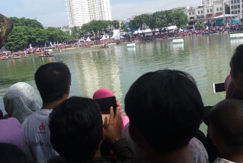Antusiasme warga Jakarta dan sekitarnya menonton pertandingan Menteri Susi vs Wagub DKI Sandiaga di Danau Sunter, Jakarta (25/2).