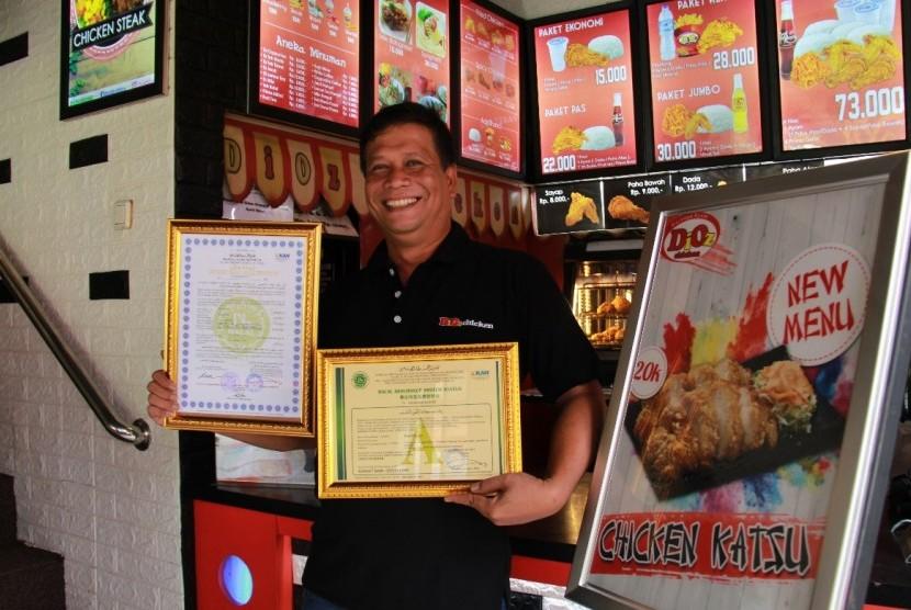 Anwar Syafei memamerkan sertifikat halal dari MUI untuk restoran Dioz Chicken miliknya.