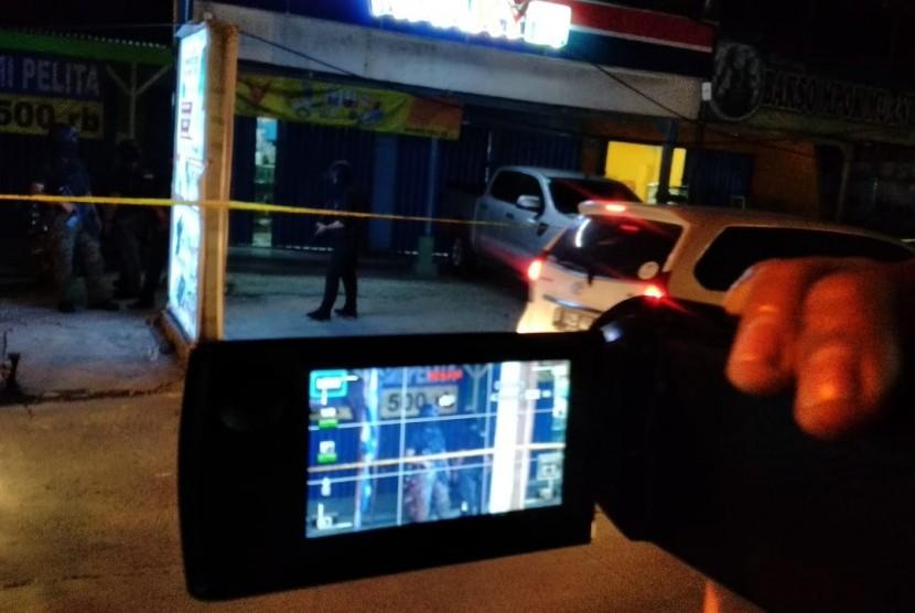 Aparat Densus 88 Antiteror sedang bekerja di depan sebuah gerai ponsel di Jalan Muctar Tabrani, RT 03, RW 03, Kelurahan Perwira, Bekasi Utara, Kota Bekasi, Rabu (8/5) pukul 19.30 WIB. Dalam penggeledahan itu ditemukan sejumlah bahan peledak.
