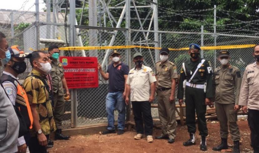 Aparat gabungan menyegel tower ilegal di permukiman warga di Jalan Al Hidayah RT 02 RW 02, Kelurahan Jatibening, Kecamatan Pondokgede, Kota Bekasi, Provinsi Jawa Barat (Jabar), Kamis (23/9).