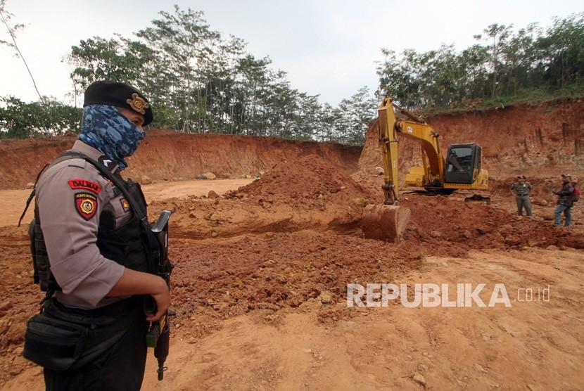 Aparat mengawai sebuah tambang ilegal (ilustrasi)