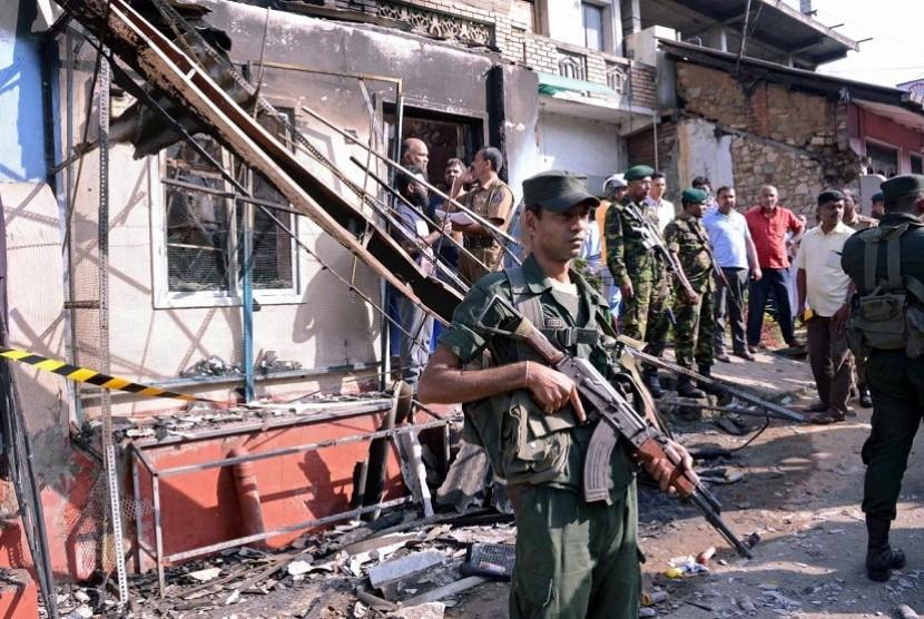 Aparat keamanan berjaga di dekat rumah yang dirusak massa akibat kerusuhan berbau SARA di Srilanka.