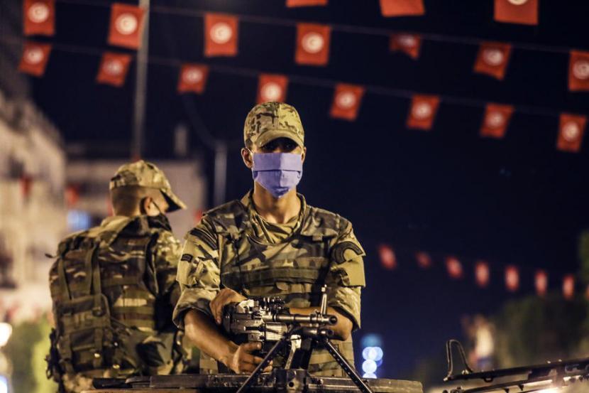 Aparat keamanan Tunisia berjaga usai Presiden Kais Saied membekukan parlemen dan membubarkan pemerintahan, Ahad (25/7)