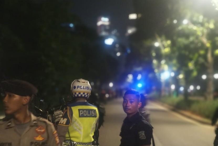Aparat kemanaan sedang memeriksa lokasi sumber suara ledakan di dekat Lapangan Parkir Timur Senayan Jakarta, Ahad (17/2) malam