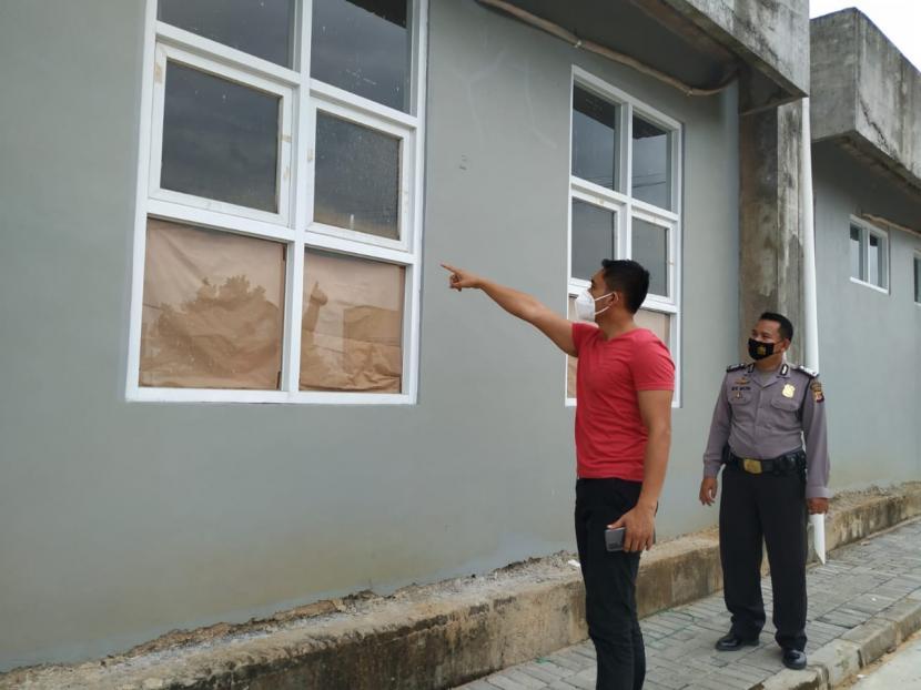 Aparat kepolisian memeriksa jendela di RS Purbaratu Kota Tasikmalaya yang diduga digunakan dua orang tahanan kabur, Jumat (2/4). Sebelumnya dilaporkan terdapat dua orang tahanan kejaksaan yang terkonfirmasi positif Covid-19 dan diisolasi di RS Purbaratu tak ada di kamarnya saat dilakukan pemeriksaan.