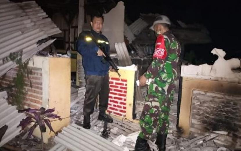 Aparat melakukan pengecekan ke sebuah bangunan milik seorang ustaz di Kecamatan Cilawu, Kabupaten Garut, yang dibakar massa pada Senin (5/4)