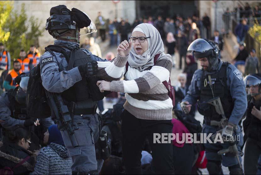 Aparat polisi Israel mengusir warga Palestina di 'Gerbang Damaskus' Kompleks Al Aqsa di Kota Tua Yerusalem, Palestina, Jumat (8/12)