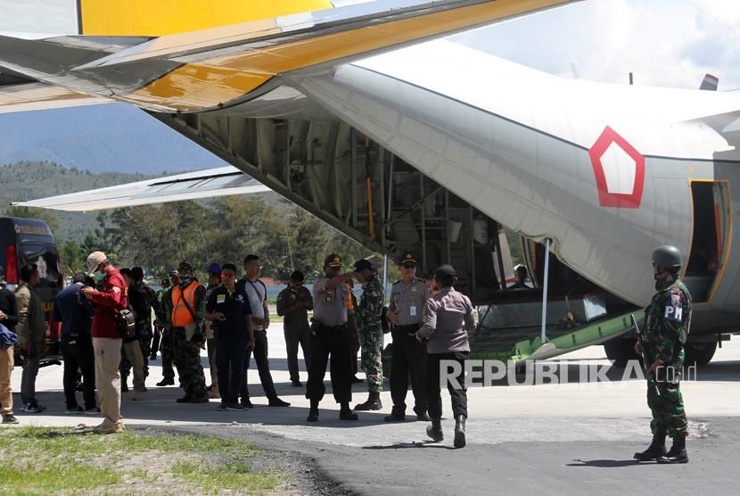 Aparat TNI dan Polri mengawal proses pemberangkatan keluarga korban untuk diterbangkan ke Timika di Wamena, Papua, Kamis (6/12/2018).