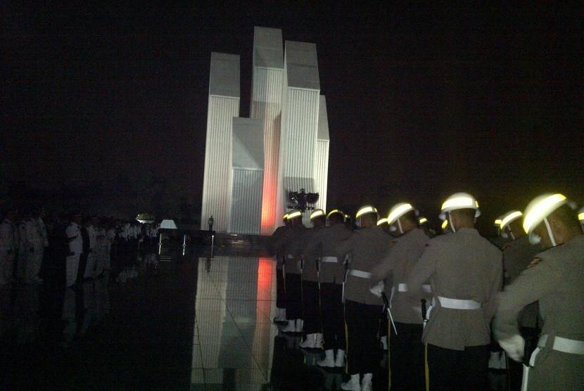 Apel Kehormatan dan Renungan Suci HUT ke-69 RI di Taman Makam Pahlawan (TMP) Kalibata, Ahad (17/8) dini hari
