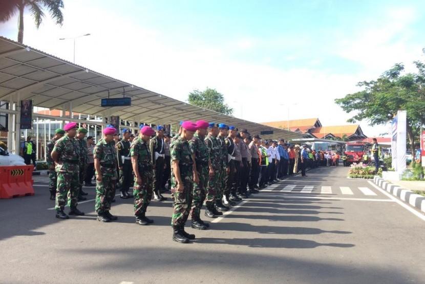 Apel siaga di Posko Terpadu Natal dan Tahun Baru di Bandara Soekarno-Hatta, Tangerang, Kamis (20/12).