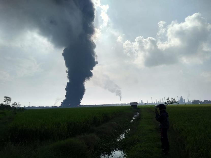 Api masih menyala di kilang Pertamina Balongan Indramayu, Senin (29/3) pukul 08.40 WIB.