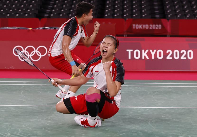 Apriyani Rahayu dan Greysia Polii merayakan kemenangan saat meraih medali emas di Olimpiade 2020.