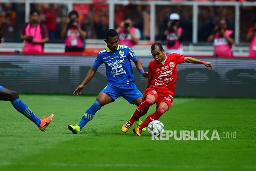 Ardi idrus (kiri) dan RIco Simanjuntak berebut bola pada pertandingan Liga-1 Persija Jakarta melawan Persib Bandung di Stadion Utama Gelora Bung Karno (GBK) Senayan, Jakarta, Rabu (10/7/2019).