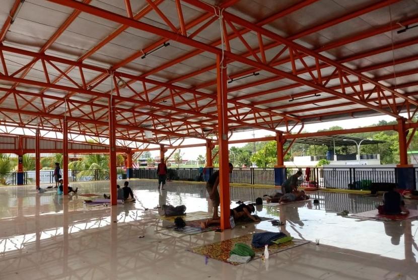Area terbuka yang digunakan untuk jasa pijat di Rest Area Km 207 Tol Palikanci, Kamis (14/6).