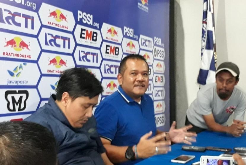 Arema FC. CEO Arema FC, Agoes Soerjanto(tengah) memberikan keterangan pers di Kantor Arema FC, Kota Malang, Kamis (21/2).