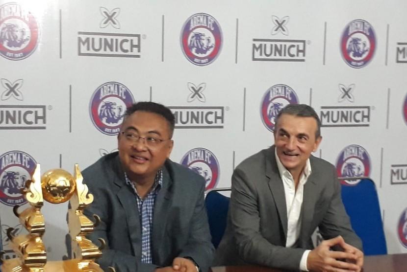 Arema FC resmi mengontrak pelatih asal Bosnia,Milomir Seslija sampai 10 Januari 2020 di Kantor Arema FC, Kota Malang, Rabu (9/1).
