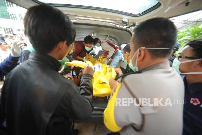 ari      0     0        Jenazah korban kecelakaan bus di tanjakan Emen, Subang, Jabar, tiba di RSUD Tangsel, Ahad (11/2) pagi.  Jenazah korban kecelakaan bus di tanjakan Emen, Subang, Jabar, tiba di RSUD Tangsel, Ahad (11/2) pagi.