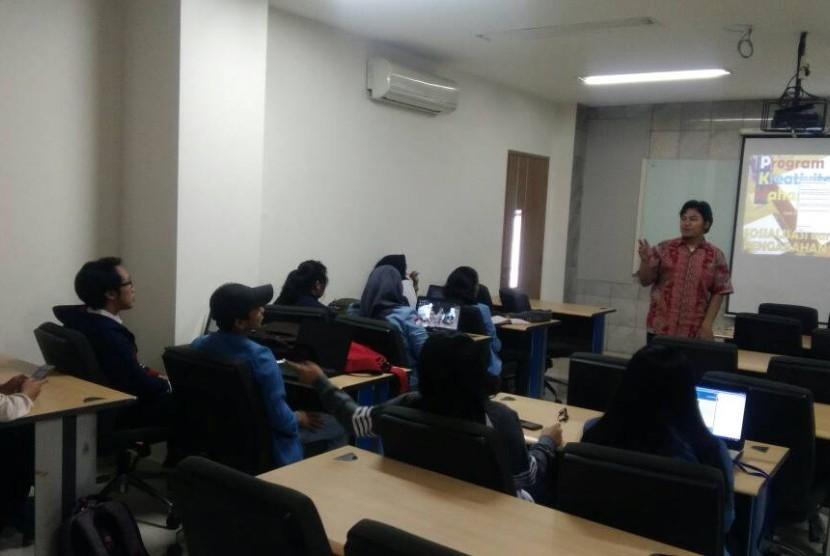 Arif Hidayat memberikan tips menyusul proposal PKM yang baik.