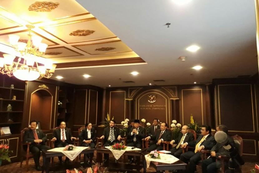 Arif Hidayat (tengah) kembali terpilih sebagai Ketua Mahkamah Konstitusi periode 2017-2020 pada Jumat (14/7). Sembilan hakim MK melakukan pemilihan ketua MK pada Jumat pagi.