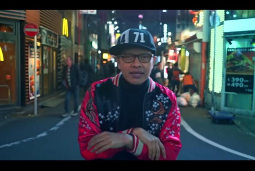 Armand Maulana dalam video klip Tunggu Aku di Sana.