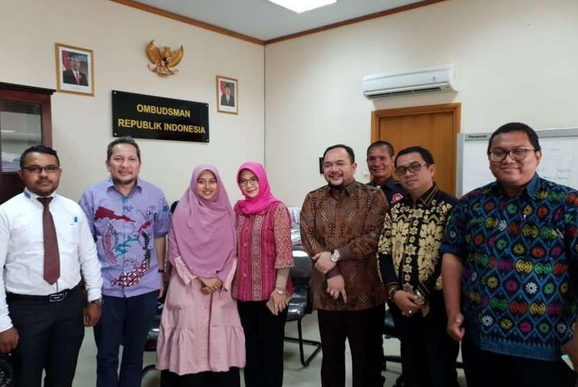 Arnita Rodelina Turnip (ketiga dari kiri) saat mendatangi kantor Ombudsman di Jakarta, Kamis (2/8). Arnita yang didampingi kuasa hukumnya, Aldwin Rahadian, bermaksud mengadukan masalah beasiswa utusan daerah (BUD)-nya yang dicabut secara sepihak oleh Pemkab Simalungun, Sumatera Utara.