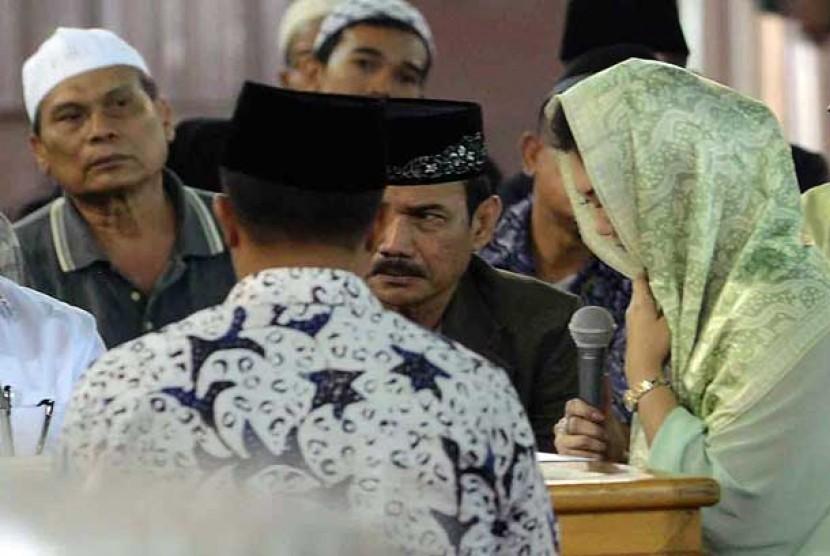 Artis Bella Saphira (kanan) saat mengucap dua kalimat syahadat di Masjid Istiqlal, Jakarta Pusat, Jumat (26/7).