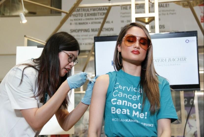 Artis Cinta Laura mendapatkan vaksin HPV sebagai upaya perlindungan dari kanker serviks.