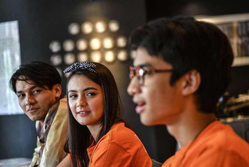 Artis pemeran film Hello Salma Devano Danendra (kanan), Amanda Rawles (tengah) dan Jefri Nichol (kiri) menjawab pertanyaan wartawan Antara saat melakukan kunjungan ke Museum Galeri Foto Jurnalistik Antara di Jakarta, Kamis (11/10).