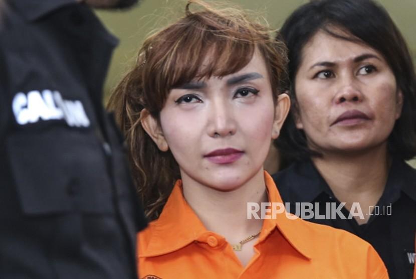 Artis Roro Fitria dihadirkan petugas jajaran Dirtresnarkoba Polda Metro Jaya dalam rilis kasus Narkoba di Polda Metro Jaya, Jakarta, Kamis (15/2).