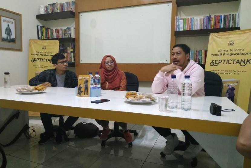 Artis sekaligus stand-up comedian Pandji Pragiwaksono (kanan) meluncurkan buku terbarunya, Septictank, di Yogyakarta, Jumat (29/3).