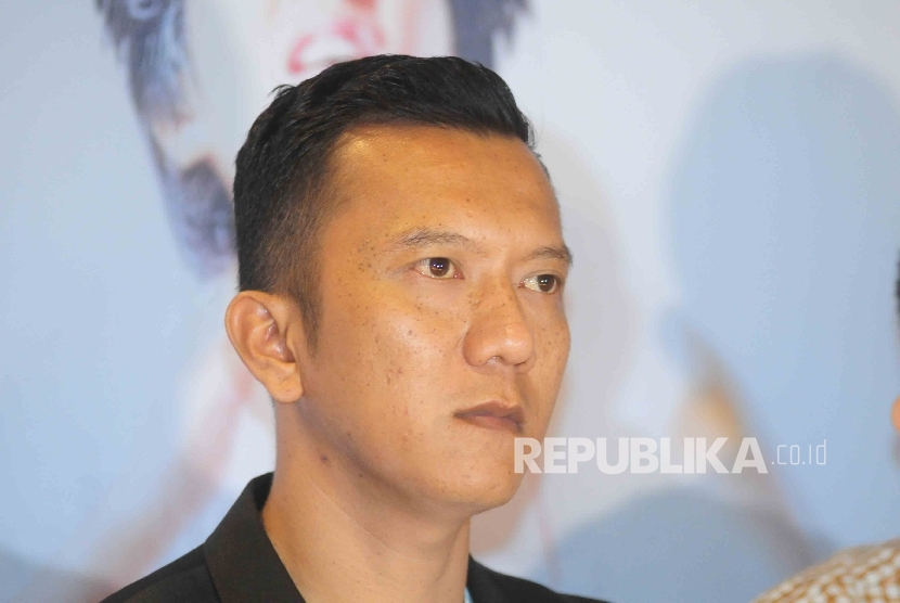 Artis Teuku Rifnu Winaka saat menghadiri gala priemer film Aku Ingin Ibu Pulang di Jakarta, Senin (29/8).