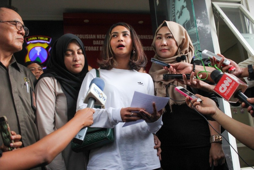 Artis Vanessa Angel (kedua kanan) menjawab pertanyaan wartawan pers usai menjalani pemeriksaan terkait kasus prostitusi daring di Gedung Subdit Siber Ditreskrimsus Polda Jawa Timur, Surabaya, Jawa Timur, Ahad (6/1/2019).