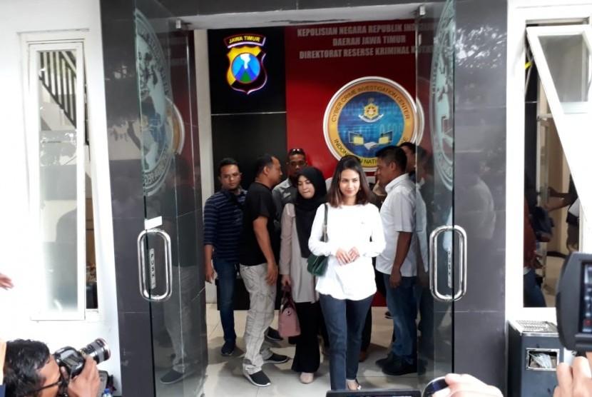 Artis VA seusai menjalani pemeriksaan intensif di Mapolda Jatim, Surabaya, Ahad (6/1). Vanessa menjadi salah satu yang diamankan polisi terkait kasus prostitusi online yang diduga melibatkan artis