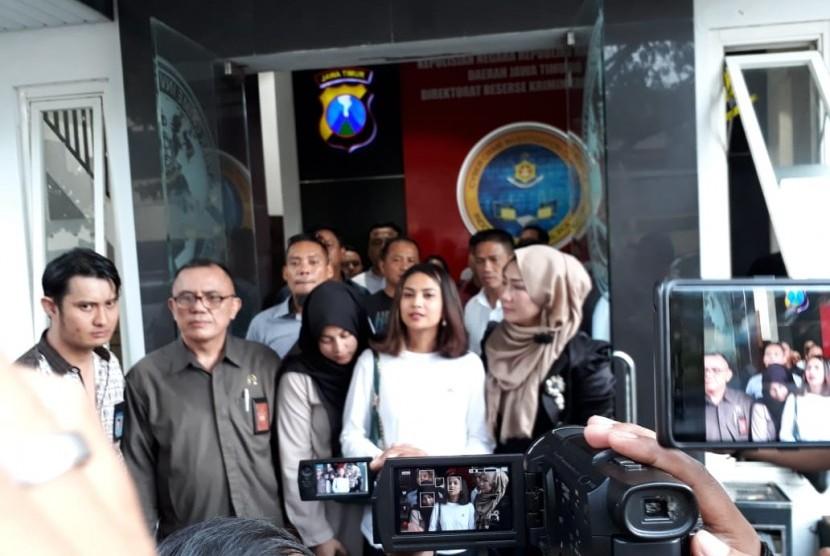 Artis Vanessa Angel seusai menjalani pemeriksaan intensif di Mapolda Jatim, Surabaya, Ahad (6/1). Vanessa menjadi salah satu yang diamankan polisi terkait kasus prostitusi online yang diduga melibatkan artis