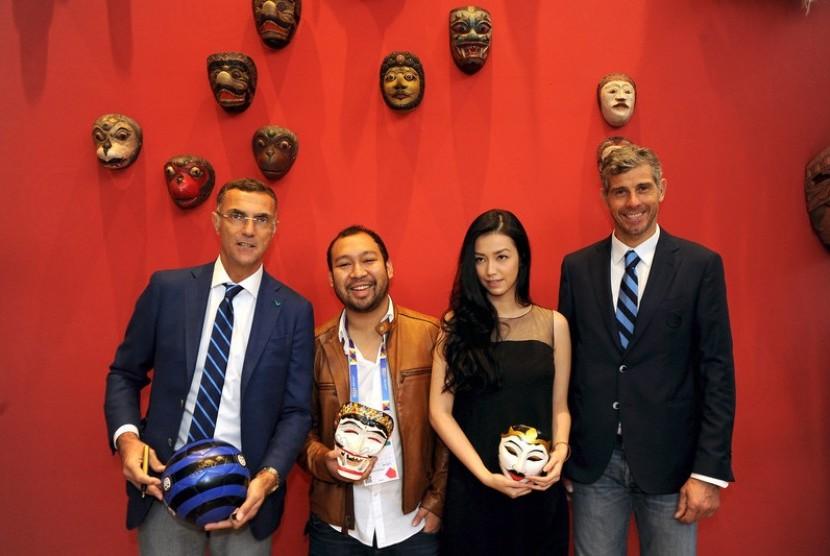 Artis Velove Vexia bersama dua legenda Inter Milan, Francesco Toldo dan Giuseppe Bergomi di galeri topeng di Paviliun Indonesia.
