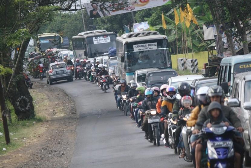 Arus Balik: Kemacetan cukup parah terjadi saat arus balik di Jl Rajapolah, Kabupaten Tasikmalaya, Ahad (11/8). Selain akibat tingginya volume kendaraan kemacetan juga terjadi karena ulah para pengendara yang kurang sabar.
