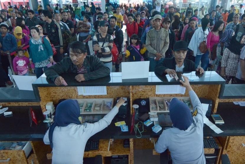 Arus Balik Pelabuhan Bakauheni Ratusan penumpang pejalan kaki mengantre membeli tiket di loket Pelabuhan Bakau heni, Lampung, Senin (20/7).