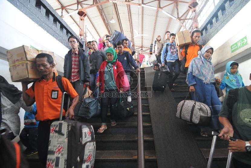 Penumpang kereta api Menoreh dari Semarang tiba di Stasiun Pasar Senen, Jakarta, Selasa (21/7).   (Republika/Edwin Dwi Putranto)